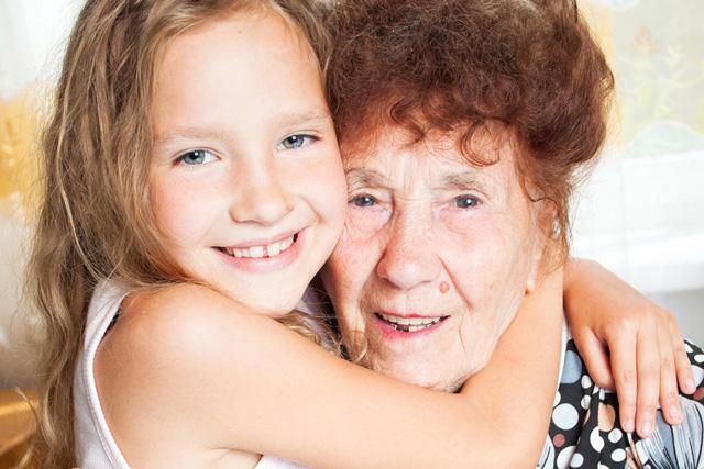 Großmutter und Enkelin Sarah, Unterstützung durch Pflegeberatung Regensburg
